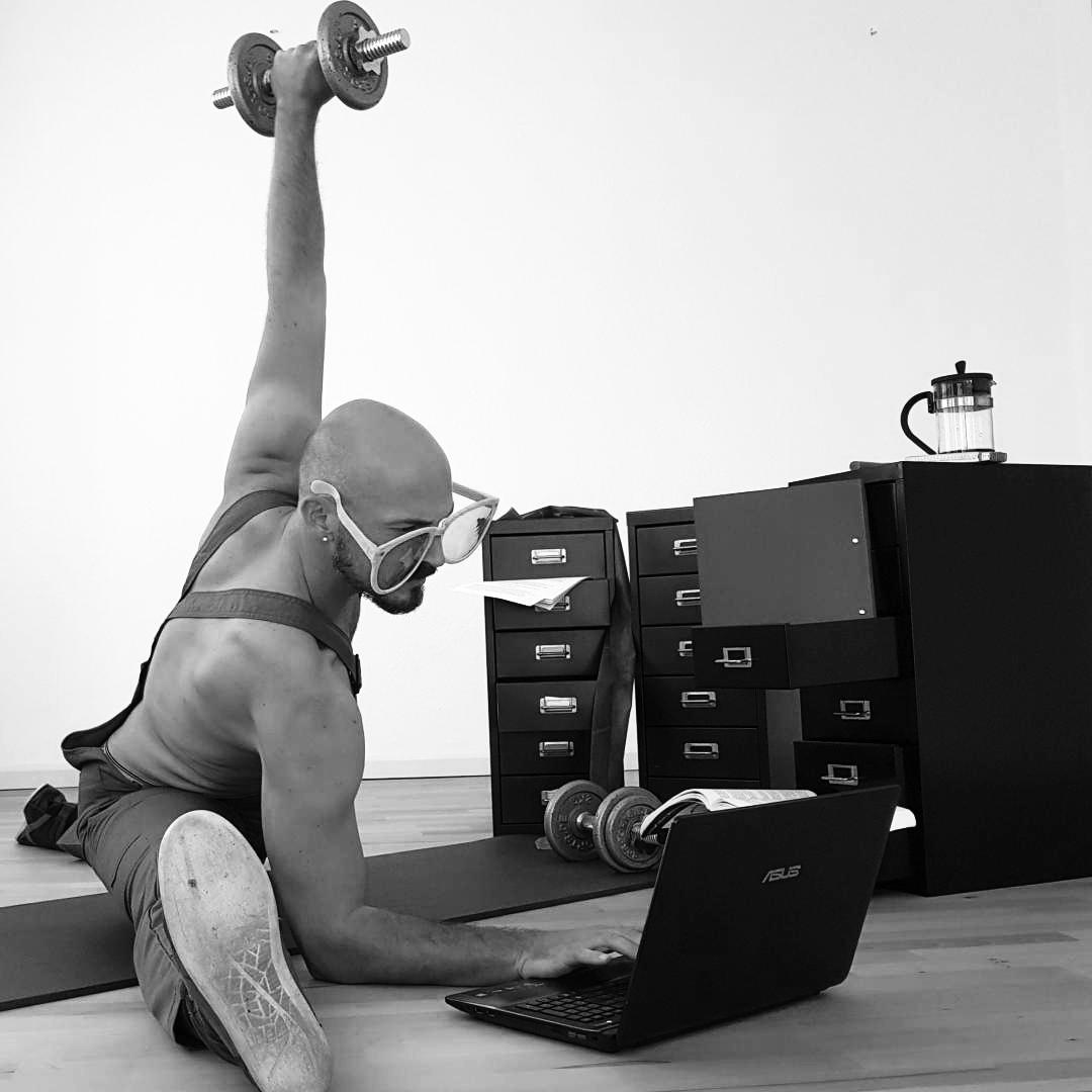 In der Pilates Trainingsmethode (nach Joseph H. Pilates) trainieren wir speziell die Muskeln, die weniger sichtbar sind, unter den äußeren Muskelschichten versteckt.